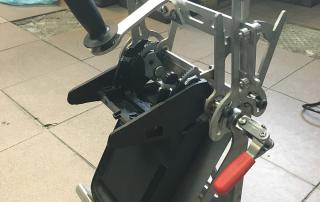 Urządzenie do smarowania prowadnic w podłokietnikach samochodów z grupy VW